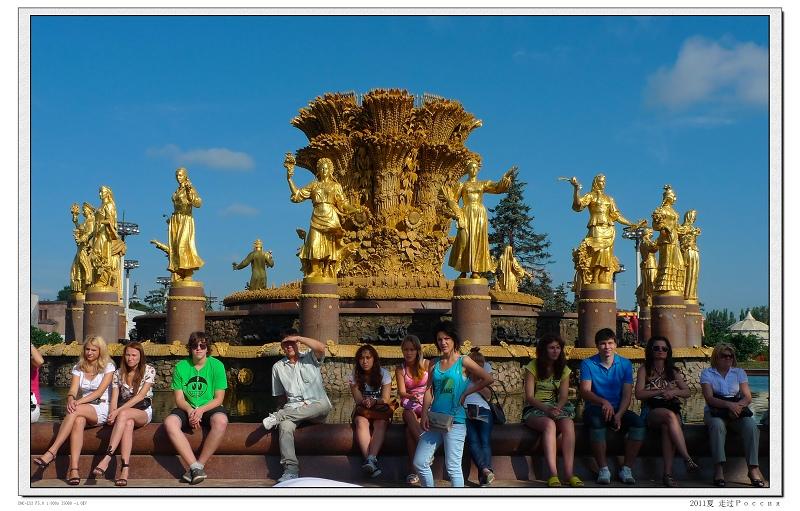 绿野 展览中心/展览中心的十五金人喷泉。那天展览中心要搞摇滚节,到处都是...