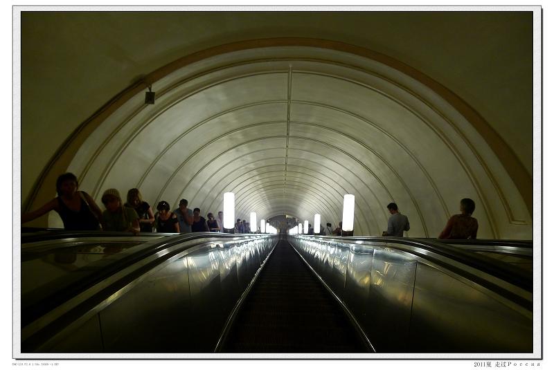 绿野/莫斯科地铁入口所摄。纵深100多米哦,电梯的升降速度极快。 步...